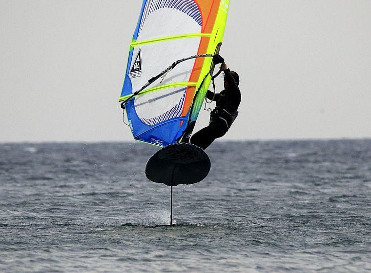 揚力で浮かび飛ぶWindfoil