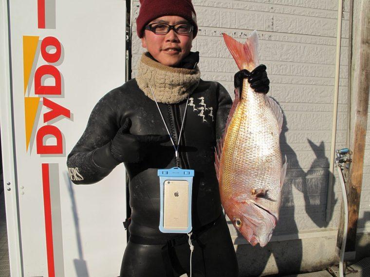 シュン師匠、今日も66cmのマダイを釣り上げました!